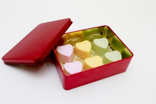 Lata de corações de chocolate